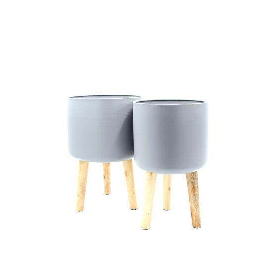 Vaso in metallo grigio su piedi in legno