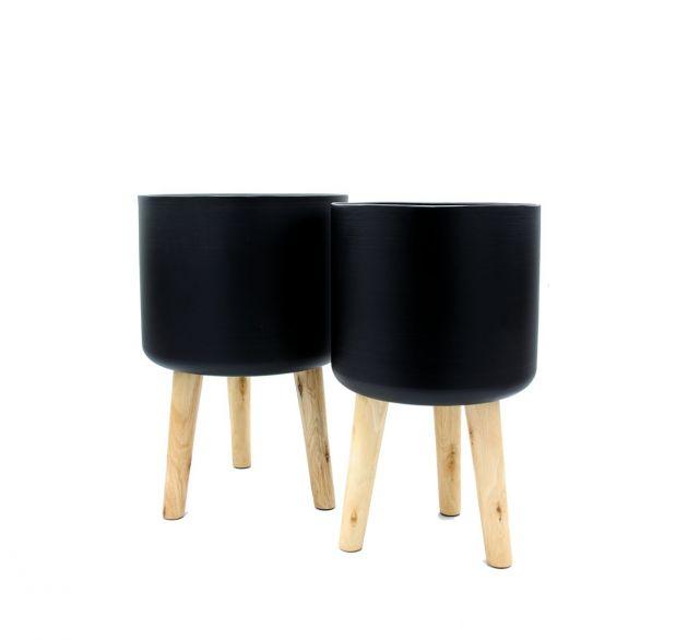 Vaso in metallo nero su piedi in legno